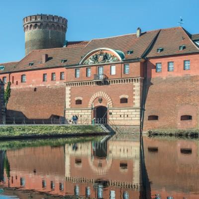 Das Kommandantenhaus mit dem Juliusturm im Hintergrund, Foto: Zitadelle Berlin, Friedhelm Hoffmann