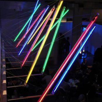 """Abb.: Andrew Stonyer, Timepiece, 2010, """"Kinetica"""", P3 London, Neonröhren in Polycarbonathülsen, elektronische Komponenten"""